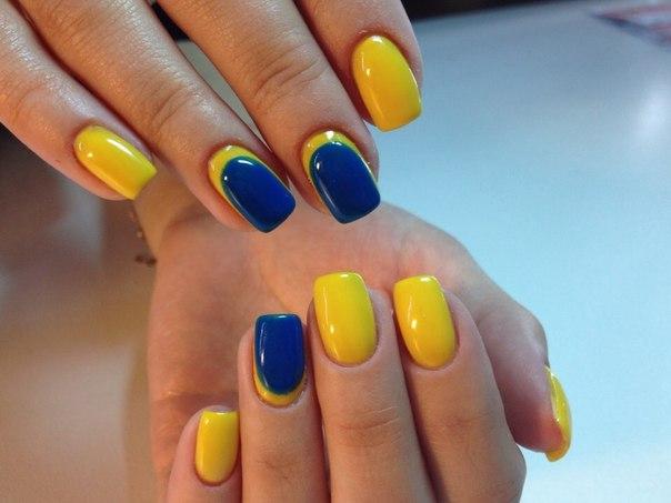 Дизайн ногтей с желтым и синим цветом
