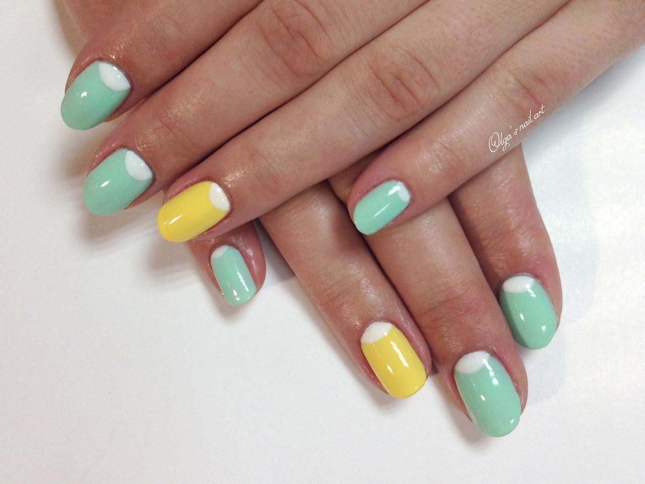Мятный с желтым ногти
