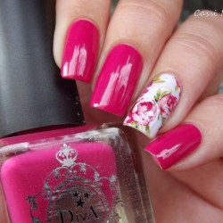 Raspberry nails photo