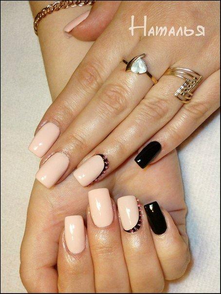 Бежевый с черным дизайн ногтей