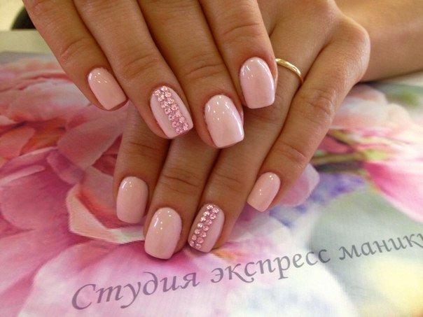 Нежно розовый маникюр с дизайном