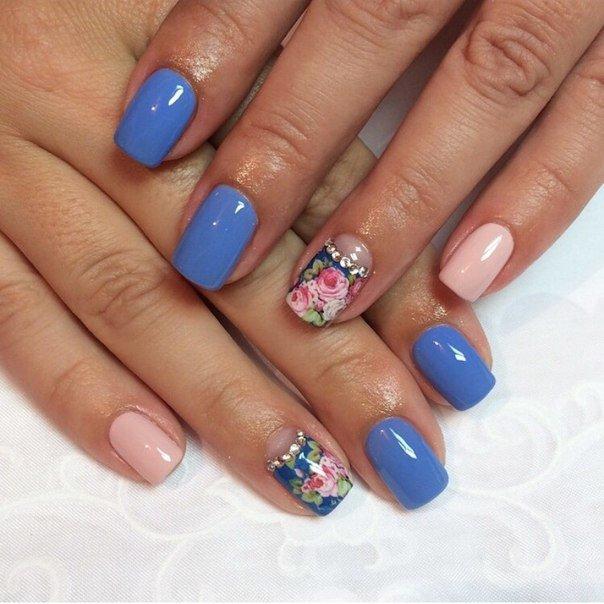Дизайн ногтей голубым гелем