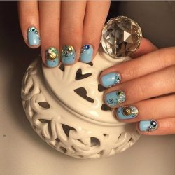 Blue shellac nails photo