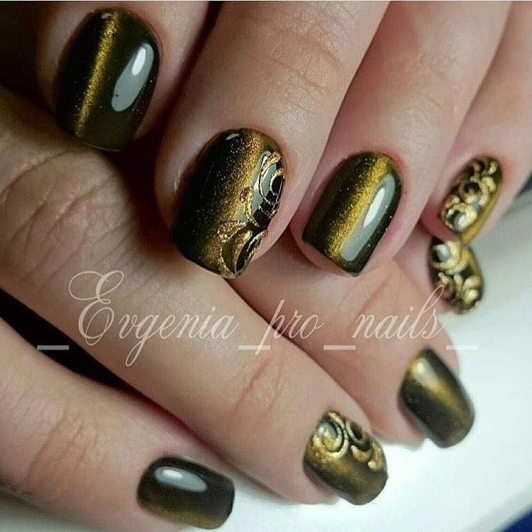 Short nails with patterns