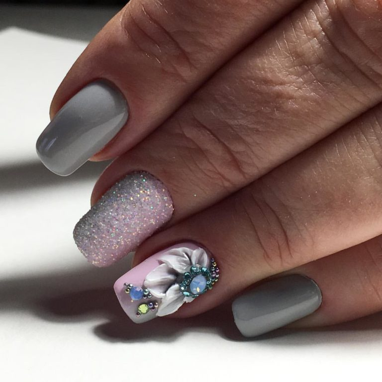Grey nails with a pattern