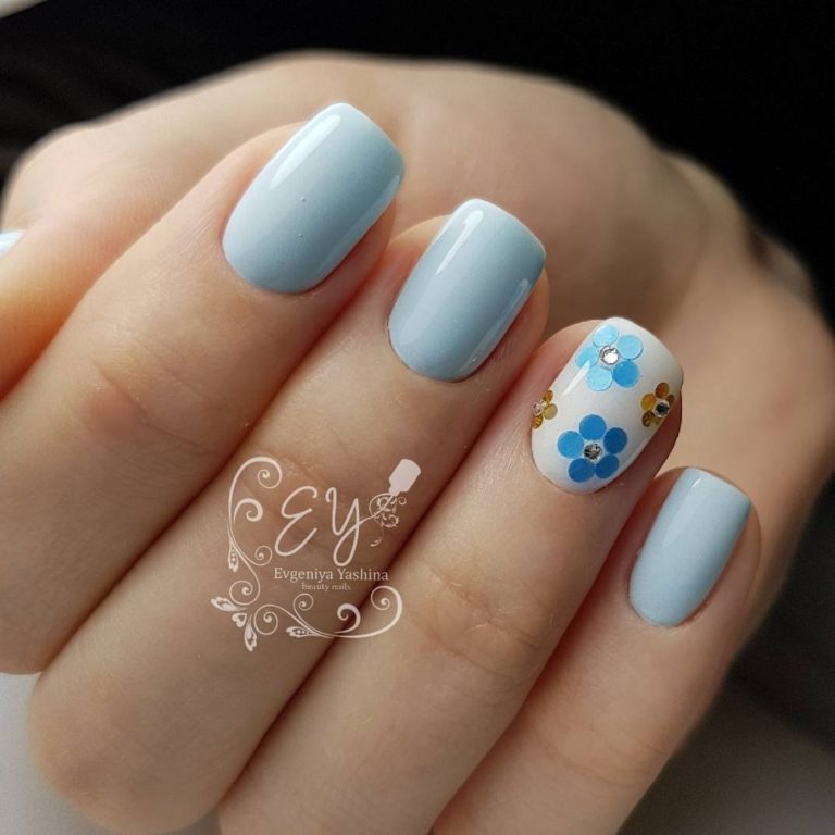 Gentle nails with a picture