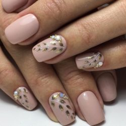 Delicate beige nails photo