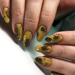 Almond-shaped nails photo
