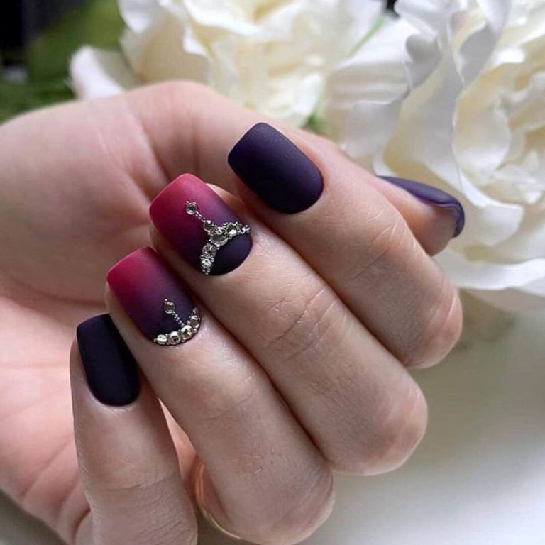 Gradient nails with a transition